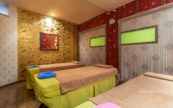 ベッドが並んだ部屋。壁にオブジェがある。