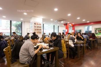 人々がテーブルに座って食事している。