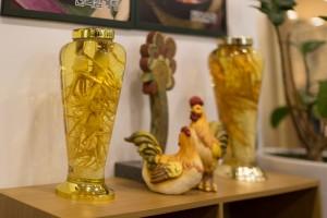 人参酒と鶏の銅像が置いてある。