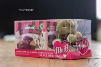 透明の箱にクマとチョコが入っている