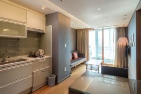 キッチンとテーブルがあり、奥にソファが置いてある。