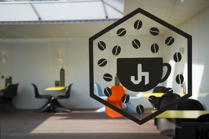 ガラスにCAFE J HOLICのロゴが描かれている。