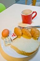 ナナレジデンス 朝食無料サービス(パン、ゆで卵、コーヒー)
