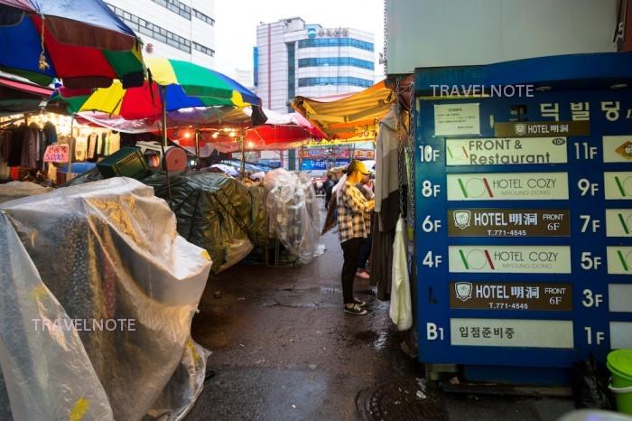 ホテル明洞を出て左手の風景(南大門市場)