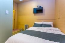ダブルベッドが1つと、壁にテレビがある。