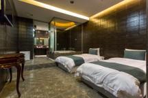 ベッドが2台あり、奥に空間が広がっている。